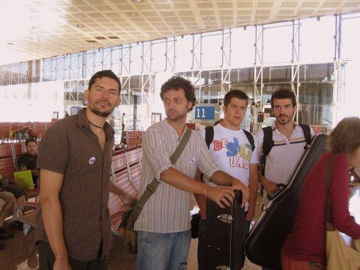 Els Amics a l'aeroport apunt per agafar l'avió