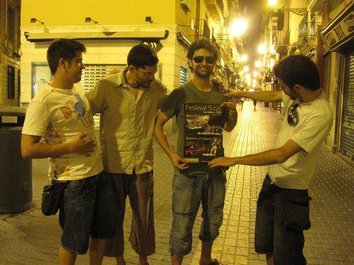Els Amics passejant per palma on varen trobar el cartell del festival