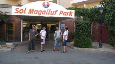 Els Amics a lhotel abans dentrar a la piscina a fer un xipi-xape
